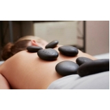 massagem com pedras quentes